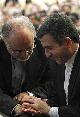 دست سرپرست وزارت خارجه در دستان مشایی- عکس