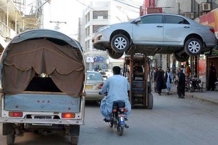 پلیس پاکستان در شهر کویته در حال حمل یک خودروی پارک شده در منطقه ممنوعه