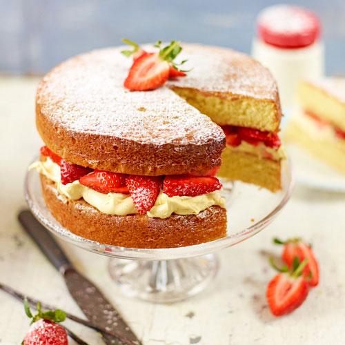 کیک اسفنجی خامه و توت فرنگی