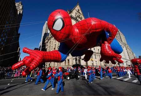 بالن مرد عنکبوتی در رژه روز شکرگزاری در نیویورک