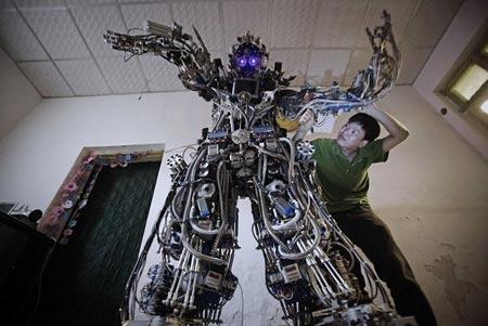 ربات دست ساز یک مرد چینی (پکن)