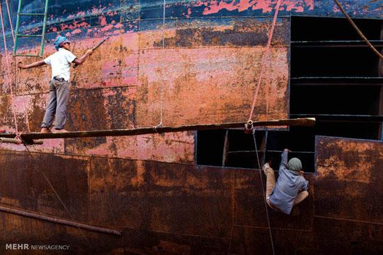 کار در کارخانه کشتی سازی