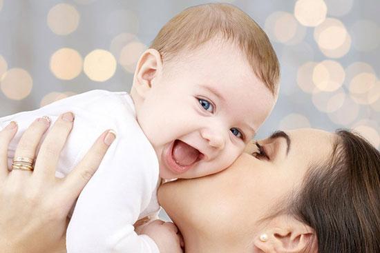 3 دلیل جالب  برای اینکه کودک خود را ببوسید!