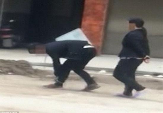 تنبیه تحقیرآمیز یک مادر چینی برای فرزند «تنبل» + عکس