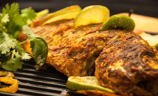 تیلاپیا به همراه لوبیا سبز سیری و گوجه فرنگی کبابی
