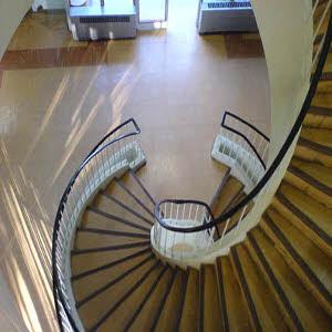 تمیز کردن پله های سنگی