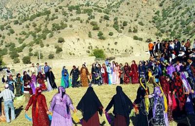 رقصهای محلی, مراسم دستمالبازی